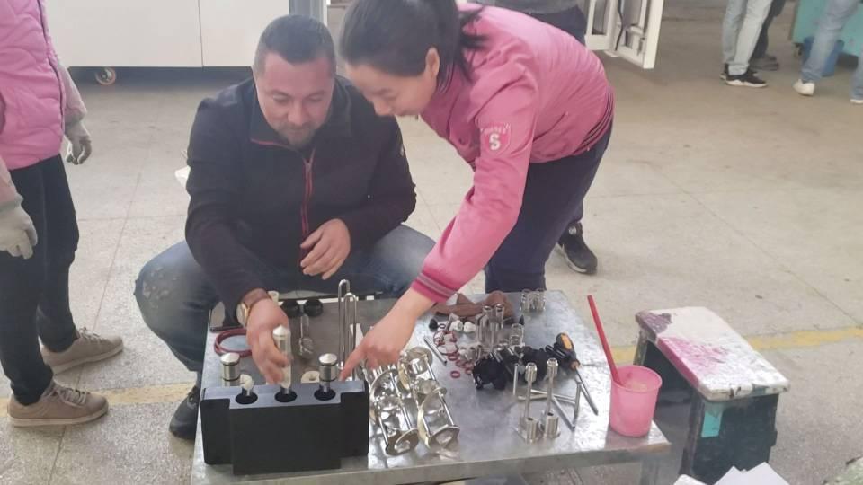 After sales staff teach customers how to install ice cream machine  air pump.jpg